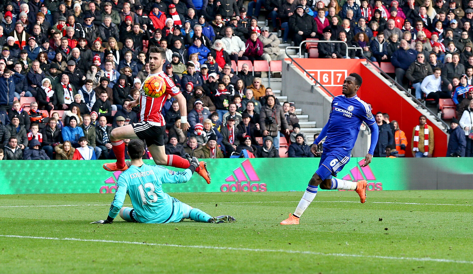 Shane Long scores during the Barclays Premier League match between Southampton and Chelsea at St Mary's Stadium, Southampton, England on 27 February 2016.