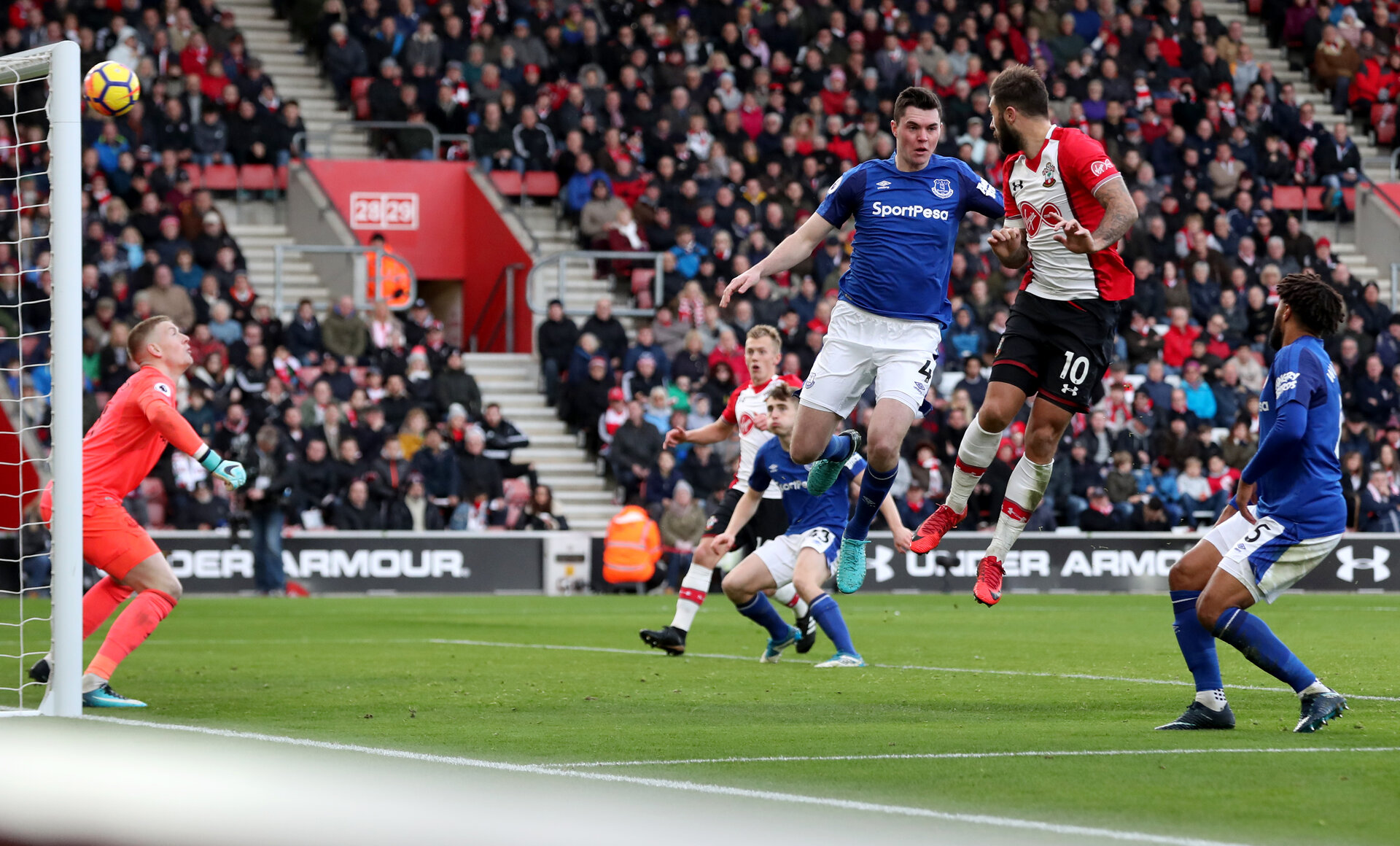 SOUTHAMPTON, ENGLAND - NOVEMBER 26: Southampton's Charlie Austin scores his first goal of the game during the Premier League match between Southampton and Everton at St Mary's Stadium on November 26, 2017 in Southampton, England. (Photo by Matt Watson/Southampton FC via Getty Images)