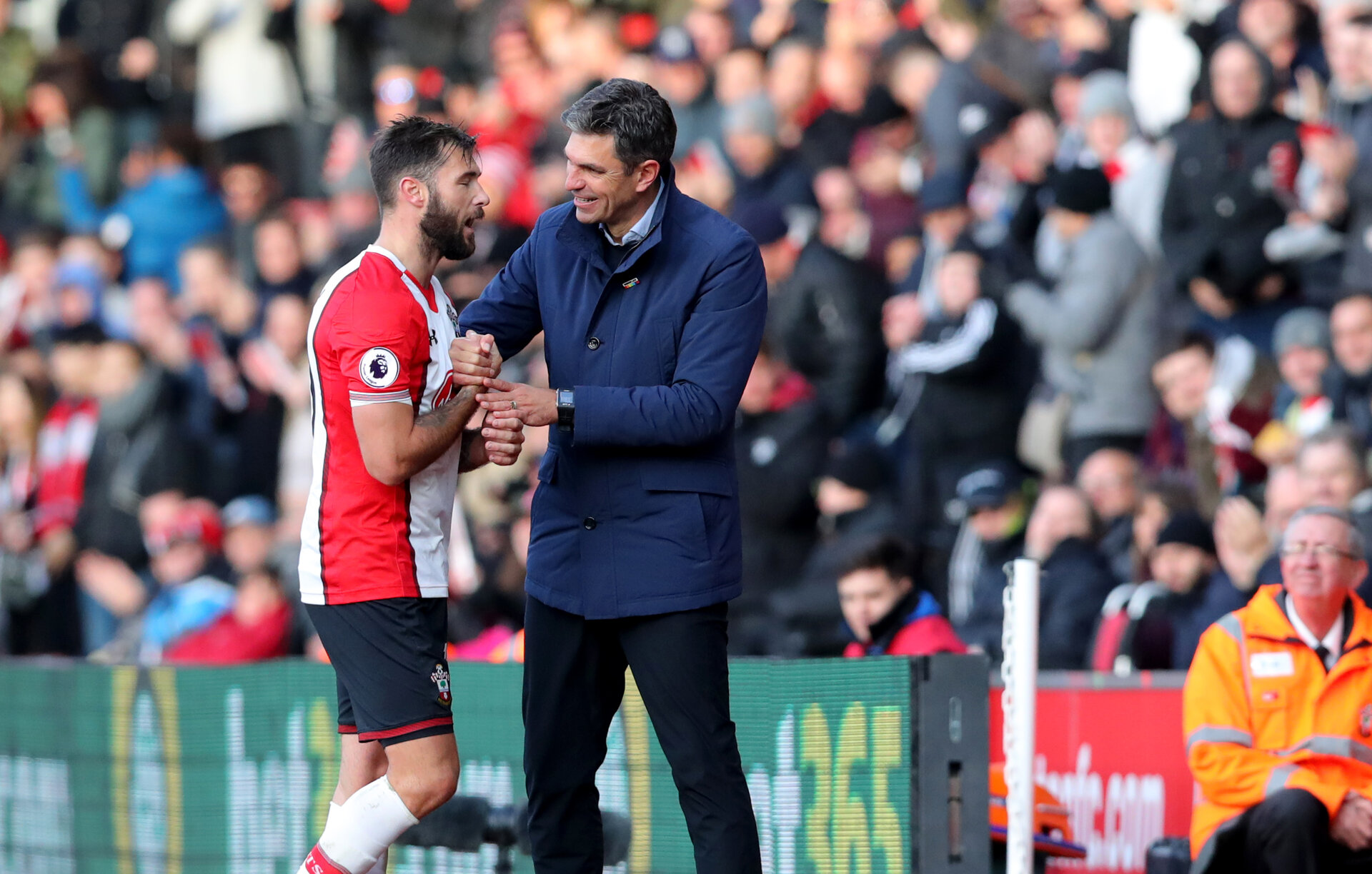 SOUTHAMPTON, ENGLAND - NOVEMBER 26: Southampton's Charlie Austin(L) and manager Mauricio Pellegrino during the Premier League match between Southampton and Everton at St Mary's Stadium on November 26, 2017 in Southampton, England. (Photo by Matt Watson/Southampton FC via Getty Images)