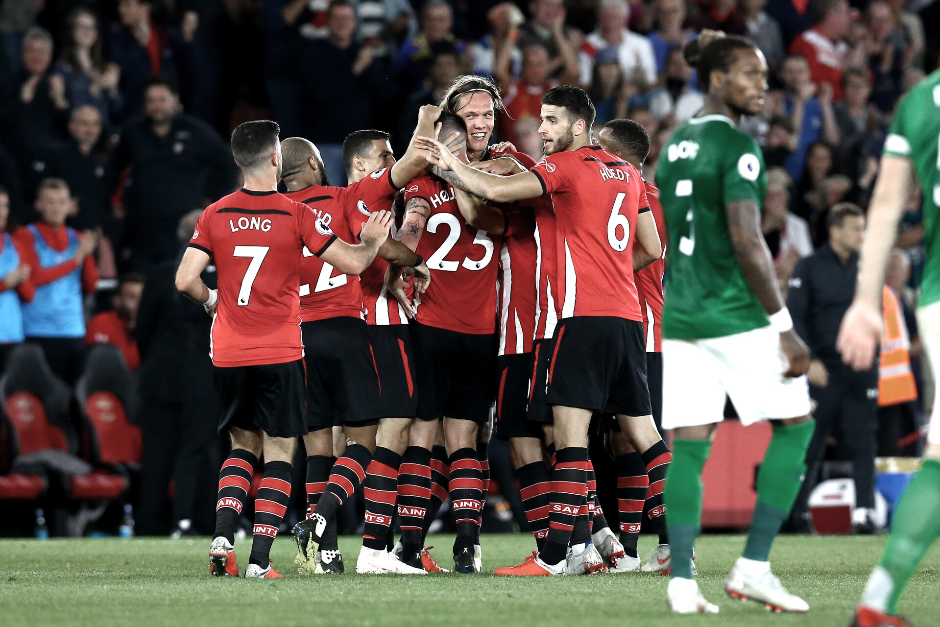 SOUTHAMPTON, ENGLAND - SEPTEMBER 17: Southampton FC players (middle) celebrate after Pierre-Emile H¿jbjerg scores during the Premier League match between Southampton FC and Brighton & Hove Albion at St Mary's Stadium on September 17, 2018 in Southampton, United Kingdom. (Photo by James Bridle - Southampton FC/Southampton FC via Getty Images) SOUTHAMPTON, ENGLAND - SEPTEMBER 17: Southampton FC players (middle) celebrate after Pierre-Emile Højbjerg scores during the Premier League match between Southampton FC and Brighton & Hove Albion at St Mary's Stadium on September 17, 2018 in Southampton, United Kingdom. (Photo by James Bridle - Southampton FC/Southampton FC via Getty Images)