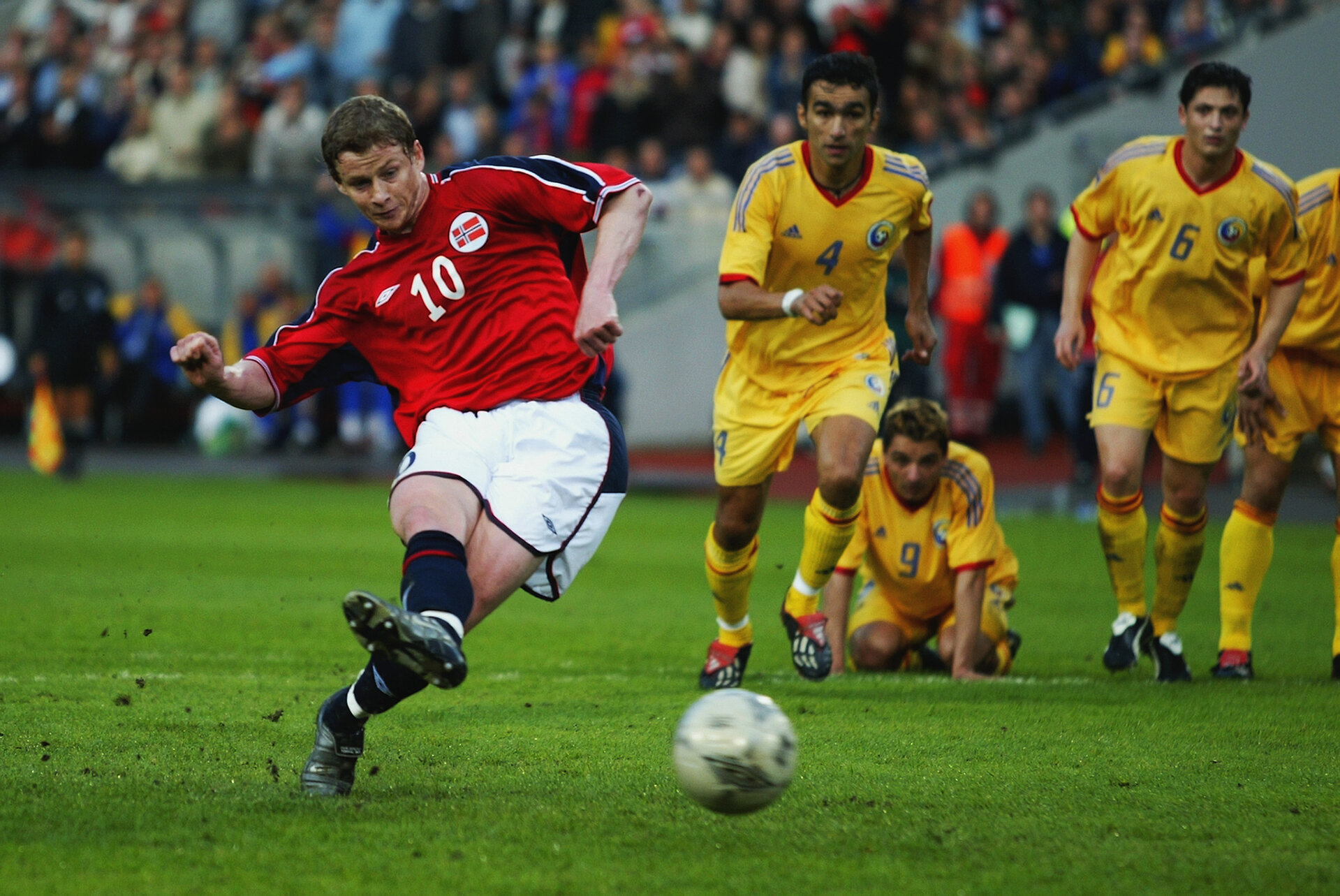 OSLO - JUNE 11:  Ole Gunnar Solskjaer of Norway scores penalty during the European Championship Qualifying Group 2 match between Norway and Romania held on 11 June, 2003 at the Ullevaal Stadium in Oslo, Norway.  The match ended in a 2-2 draw. (Photo by Shaun Botterill/Getty Images)