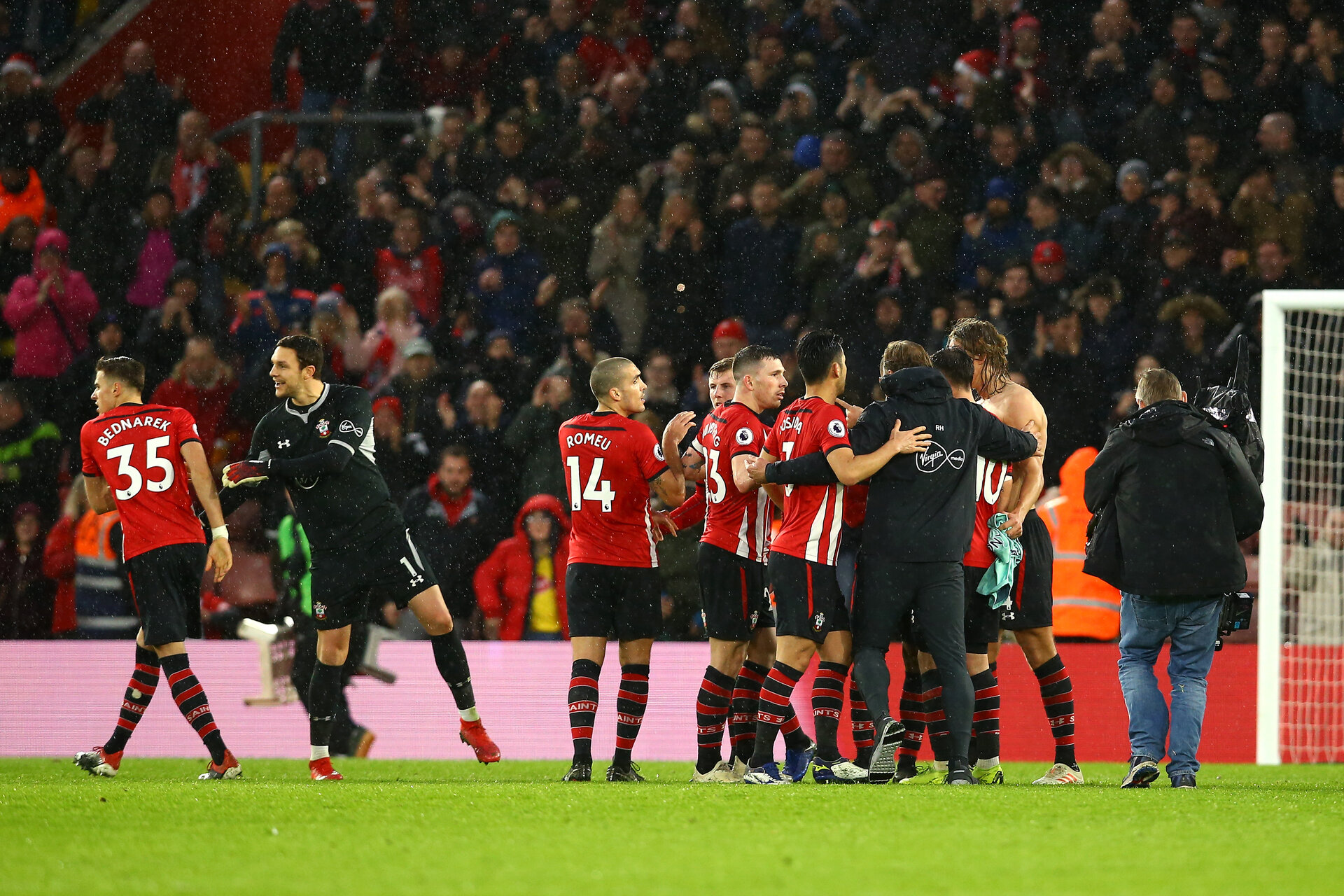 SOUTHAMPTON, ENGLAND - DECEMBER 16: Ralph Hasenhuttl celebrates with Southampton FC players after the final whistle is blown for the Premier League match between Southampton FC and Arsenal FC at St Mary's Stadium on December 16, 2018 in Southampton, United Kingdom. (Photo by James Bridle - Southampton FC/Southampton FC via Getty Images)
