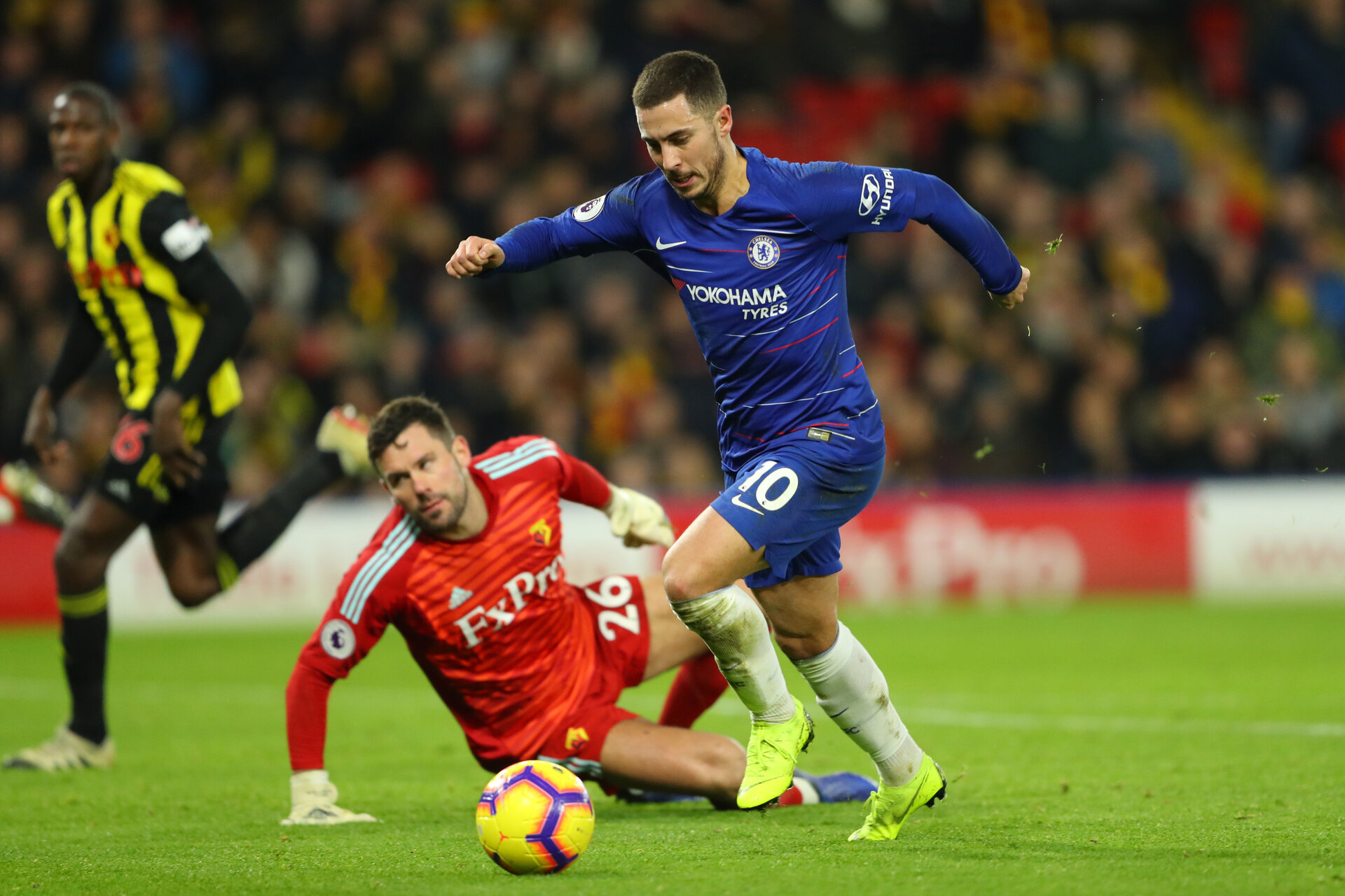 WATFORD, ENGLAND - DECEMBER 26:  Eden Hazard of Chelsea runs to score his team's first goal past Ben Foster of Watford during the Premier League match between Watford FC and Chelsea FC at Vicarage Road on December 26, 2018 in Watford, United Kingdom.  (Photo by Warren Little/Getty Images)