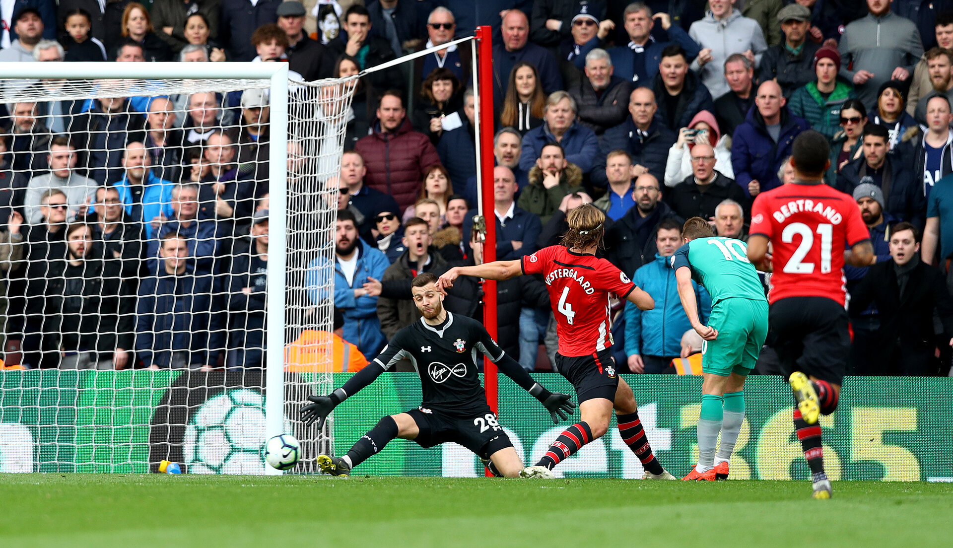 SOUTHAMPTON, ENGLAND - MARCH 09: Harry Kane(R) of Tottenham Hotspur opens the scoring during the Premier League match between Southampton FC and Tottenham Hotspur at St Mary's Stadium on March 09, 2019 in Southampton, United Kingdom. (Photo by Matt Watson/Southampton FC via Getty Images)