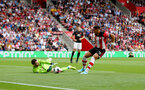 SOUTHAMPTON, ENGLAND - AUGUST 31: Ché Adams(R) of Southampton and David De Gea of Manchester United during the Premier League match between Southampton FC and Manchester United at St Mary's Stadium on August 31, 2019 in Southampton, United Kingdom. (Photo by Matt Watson/Southampton FC via Getty Images)