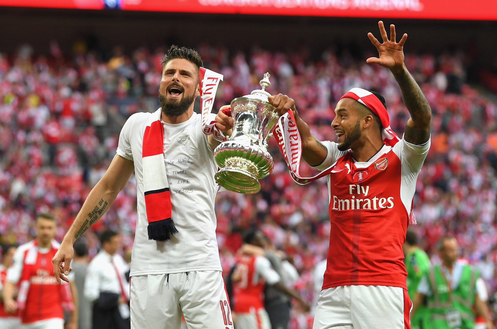 LONDON, ENGLAND - MAY 27: Olivier Giroud of Arsenal and Theo Walcott of Arsenal celebrate with the trophy after The Emirates FA Cup Final between Arsenal and Chelsea at Wembley Stadium on May 27, 2017 in London, England.  (Photo by Laurence Griffiths/Getty Images)
