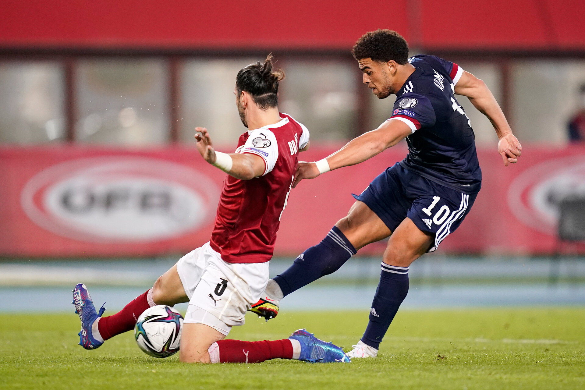 VIENNA, AUSTRIA - SEPTEMBER 07: Che Adams of Scotland shoots whilst under pressure from Aleksandar Dragovic of Austria during the 2022 FIFA World Cup Qualifier match between Austria and Scotland at Ernst Happel Stadion on September 07, 2021 in Vienna, Austria. (Photo by Christian Hofer/Getty Images)